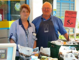 Gelungene Tafel-Aktion: Frau Schneider (EDEKA-Markt FR-Tiengen) und Herr Held von der Tafel Freiburg .... Spenderwaren/Lebensmittel des Grundbedarfs