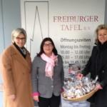 Bei der Backwaren-Übergabe: Stefanie Griesbaum und Christa Porten-Wollersheim (beide Vorstand VDU) und Annette Theobald (Freiburger Tafel)