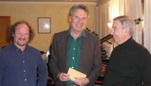 Olaf Erber (3samPiano), Lothar Volkelt (Tafel) und Héctor Urbón (Dirigent und Bandoneon-Spieler) bei Übergabe der Spende ...